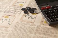 与计算器和金钱的报纸股市 免版税库存照片