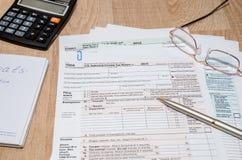 1040与计算器的报税表 免版税库存照片