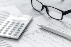 与计算器的税务会计在石书桌背景顶视图的办公室工作区 免版税图库摄影