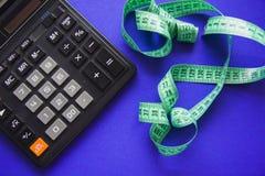 与计算器的计数卡路里 免版税库存照片