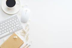 与计算机、供应和咖啡杯的办公桌桌 免版税库存图片
