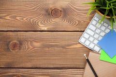 与计算机、供应和花的办公桌桌 免版税库存图片