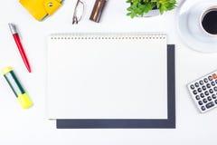 与计算机、笔和一杯咖啡的白色办公桌桌,全部事 与拷贝空间的顶视图 免版税库存照片