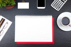 与计算机、笔和一杯咖啡的黑办公桌桌,全部事 与拷贝空间的顶视图 库存图片