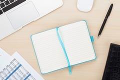 与计算机和供应的办公室桌 免版税库存图片