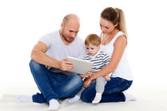 与计算机片剂的愉快的家庭 免版税图库摄影