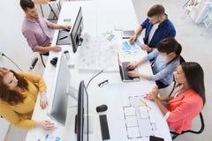 与计算机的创造性的队,图纸在办公室 免版税库存照片