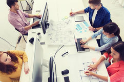 与计算机的创造性的队,图纸在办公室 免版税图库摄影