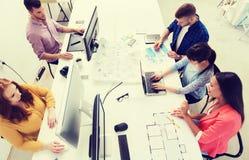 与计算机的创造性的队,图纸在办公室 库存图片