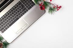 与计算机的办公室桌 抽象空白背景圣诞节黑暗的装饰设计模式红色的星形 免版税库存照片