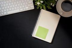 与计算机的办公室皮革书桌桌 免版税库存图片