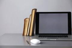 与计算机的工作区和文件在办公室 图库摄影