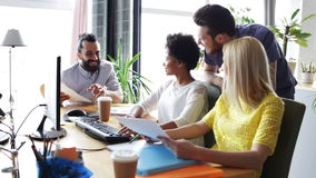 与计算机的愉快的创造性的队在办公室 影视素材