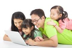 与计算机的愉快的家庭 免版税库存照片
