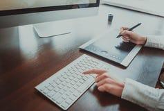 与计算机的时髦的工作区在办公室 免版税库存照片