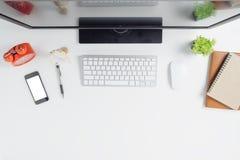 与计算机的现代白色办公桌桌 免版税图库摄影