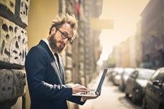 与计算机的生意人 免版税库存图片