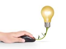 与计算机老鼠标志的电灯泡标志 免版税库存照片