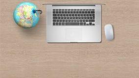 与计算机膝上型计算机的地球在木桌上的白皮书 库存照片