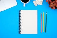 与计算机,空白的笔记本页的现代办公桌桌和 库存图片