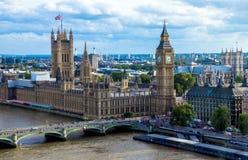 与议会、大本钟和西敏寺房子的都市风景  英国 库存照片