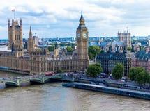 与议会、大本钟和西敏寺房子的都市风景  英国 免版税库存照片
