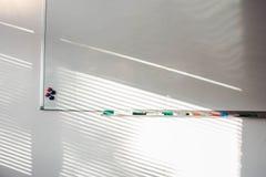 与记号笔和磁铁的空的whiteboard 企业介绍办公室白板 清洗与色的标志在阳光下 库存图片