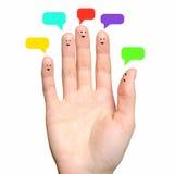 与讲话泡影的愉快的手指面带笑容。 免版税库存图片