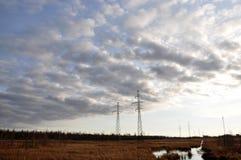 与许多云彩的秋天北部lanskape在天空 库存图片