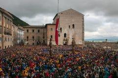 与许多人民的著名festa dei采里奇在古比奥中世纪村庄,翁布里亚的历史的中心 免版税库存照片