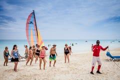 与许多加拿大游人的古巴海滩 免版税库存图片
