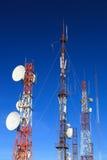 与许多卫星盘的电信塔 库存图片