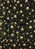 与许多发光的圣诞节球的闪耀的金黄圣诞树装饰 库存照片
