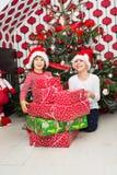 与许多圣诞节礼物的笑的孩子 免版税图库摄影