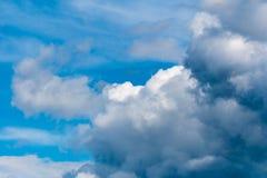 与许多小白色云彩的好的蓝天 库存图片