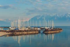 与许多小船的小口岸在日落 免版税库存图片