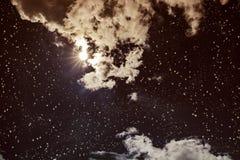 与许多星、明亮的满月和克洛的惊人的黑暗的夜空 库存照片