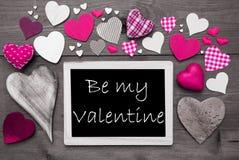 与许多桃红色心脏的Chalkbord,是我的华伦泰 免版税图库摄影