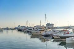 与许多游艇和小船的海港在码头 库存照片