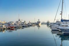 与许多游艇和小船的海港在码头 免版税库存照片