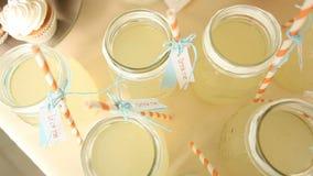 与许多瓶子的表用柠檬水 影视素材