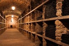与许多瓶的葡萄酒库内部 库存图片