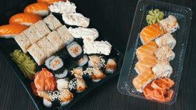 与许多的两个大寿司集合寿司,卷, maki, nigiri, gunkan 在黑木桌上的时髦的寿司集合 股票视频