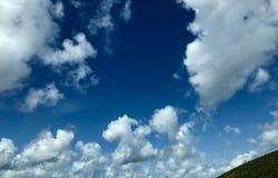与许多的剧烈的天空白色云彩 免版税库存图片