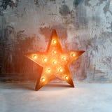 与许多的大装饰减速火箭的星在难看的东西混凝土背景的灼烧的光 美丽的装饰,现代设计 免版税图库摄影
