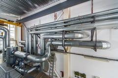 与许多的工业锅炉内部管子和阀门 免版税库存图片