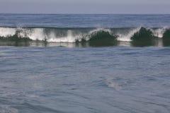 与许多的打破的海浪卷曲 免版税库存照片