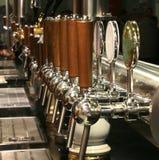 与许多的桶装啤酒在酒吧轻拍 库存图片