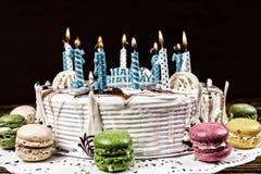 与许多的白色开胃生日蛋糕灼烧的蜡烛 免版税库存照片
