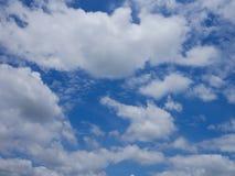 与许多的蓝色清楚的天空覆盖,是freshy明亮和新大气 图库摄影